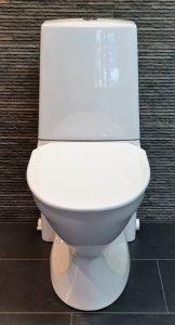 WC-silppuripumppu sopii WC-istuimen taakse eikä vaadi lisää tilaa leveyssuunnassa